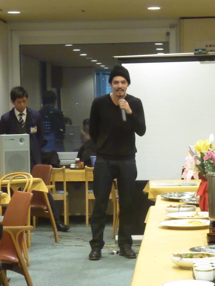 新年会の締めは普段は東京で活動している札幌移住計画の五十嵐さんからです。